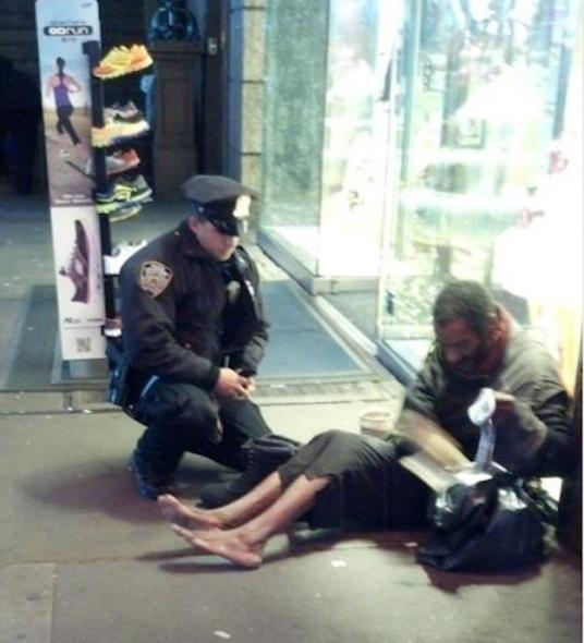 """Jennifer Foster foi visitar Times Square em 14 de novembro, quando ela quebrou o momento emocionante. Aqui está ela conta o que aconteceu:""""Bem quando eu estava prestes a abordagem, um de seus oficiais veio por trás dele. O oficial disse, 'Eu tenho esses tamanho 12 botas para você, eles são todos os climas. Vamos colocá-los e cuidar de você. """"O oficial agachou-se no chão e começou a colocar as meias e as botas novas sobre este homem. O oficial não esperava nada em troca, e não sabia que eu estava assistindo *. Eu fui na aplicação da lei por 17 anos. Eu nunca fiquei tão impressionado na minha vida. Eu não obter o nome do oficial. É importante, eu acho, para todos nós, para lembrar a verdadeira razão estamos nesta linha de trabalho. O lembrete este oficial deu à nossa profissão em sua apresentação da bondade humana não se perdeu em mim ou qualquer um dos funcionários responsáveis pela aplicação da lei do Arizona, com quem esta história tenha sido compartilhados. """""""