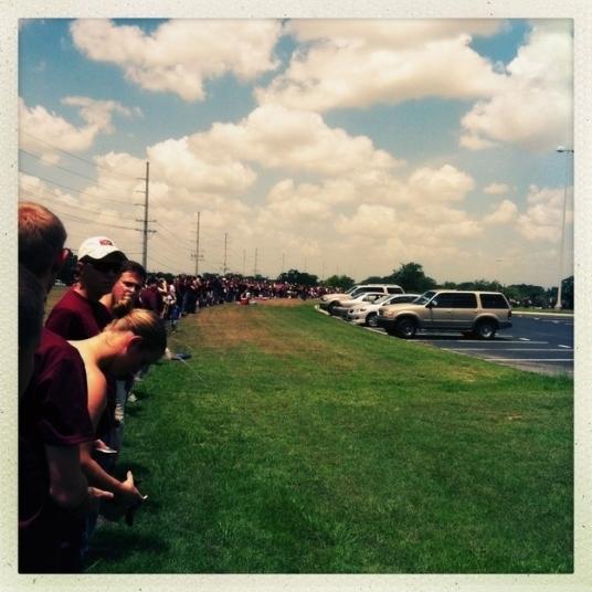 Quando os alunos ouviram que Westboro Baptist Church planejado protestar contra o funeral de um soldado, eles formaram uma barricada humana em torno do funeral para bloqueá-los.