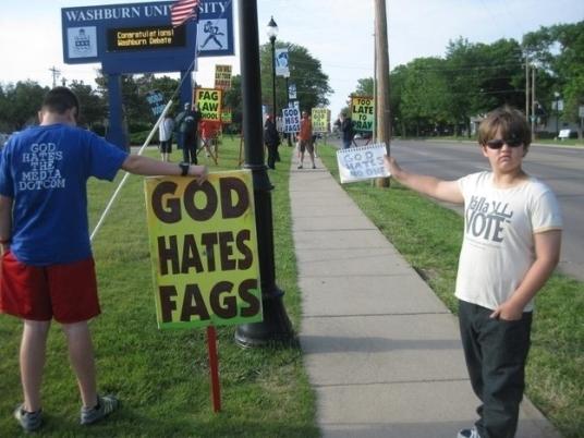"""À esquerda: """"Deus odeia homossexuais."""" À direita: """"Deus não odeia ninguém."""""""