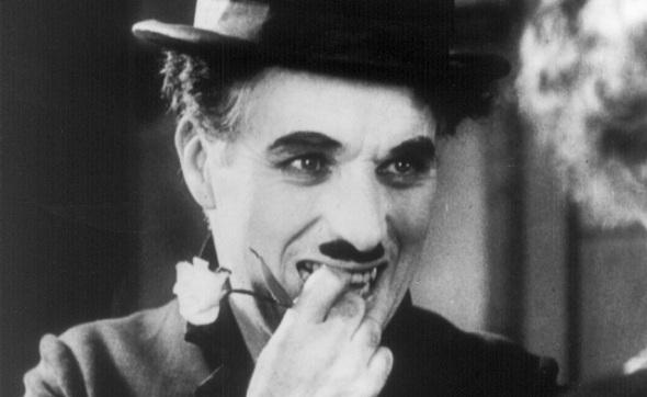 FILTRO: Por baixo do bigodinho, Charles Chaplin esconde seu filtro labial – nome dado para a depressão vertical localizada entre o nariz e o lábio superior.