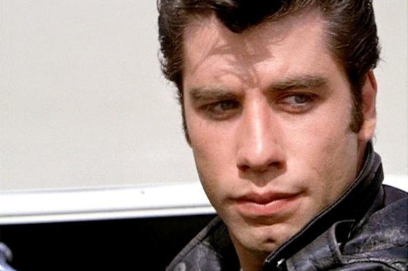 GNÁTIO: O inconfundível gnátio de John TravoltaA característica covinha do ator está localizada bem perto de seu gnátio – segundo a Enciclopédia Médica, este é o nome que recebe o ponto inferior da mandíbula, localizado na linha média do rosto.