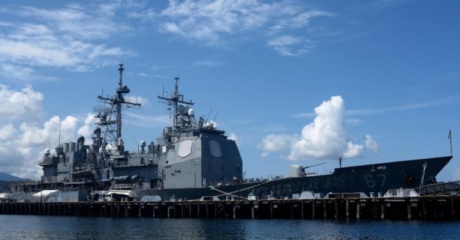 30mai2015---cruzador-norte-americano-e-ancorado-na-baia-de-subic-antiga-base-naval-dos-eua-nas-filipinas-neste-sabado-30-como-parte-da-pressao-dos-eua-sobre-a-china-no-mar-da-china-o-gigante-1432962814592_956x
