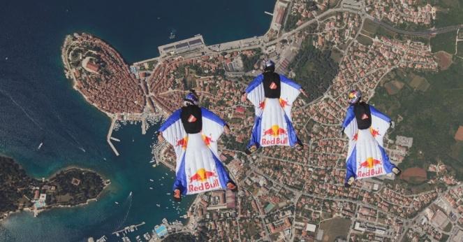 30mai2015---uma-fotografia-disponibilizada-neste-sabdao-30-mostra-os-integrantes-da-equipe-red-bull-skydive-marco-waltenspiel-marco-fuerst-e-georg-lettner-executando-um-salto-com-traje-planador-no-red-14329915
