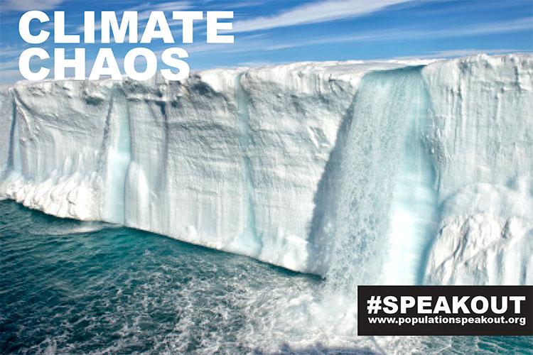 Em ambas as regiões árticas e antárticas, gelo está recuando. Derretendo água na calota de gelo, North East Terra, Svalbard, Noruega.