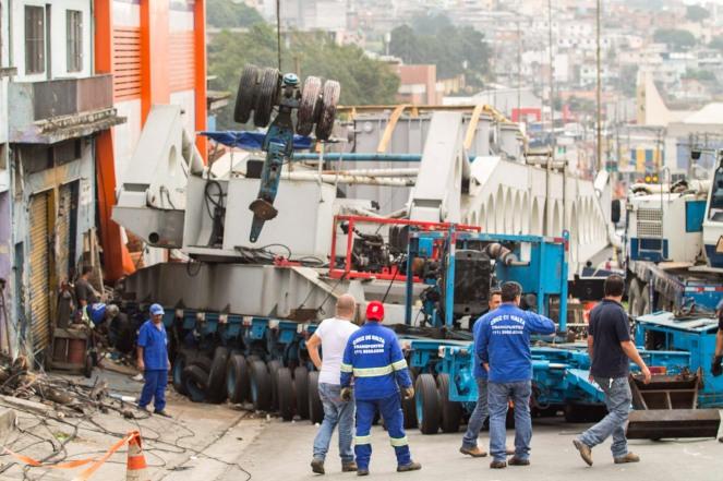 Carreta bate em imóvel e interdita avenida na zona sul de São Paulo