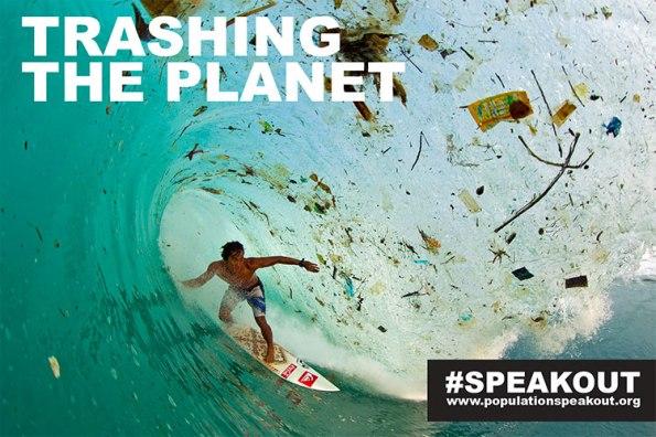 Surfer indonésio Dede Surinaya trava uma onda em uma baía remota, mas coberto de lixo em Java, Indonésia, ilha mais povoada do mundo.