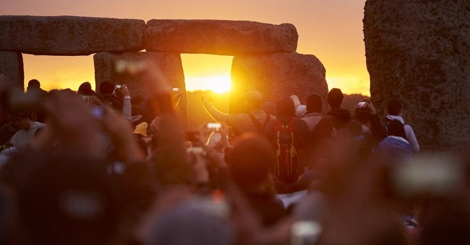 21jun2015---britanicos-e-turistas-acompanham-o-amanhecer-do-solsticio-e-a-chegada-do-verao-no-hemisferio-norte-no-monumento-de-stonehenge-perto-de-salisbury-no-sul-da-inglaterra-neste-domingo-21-1434876624744_