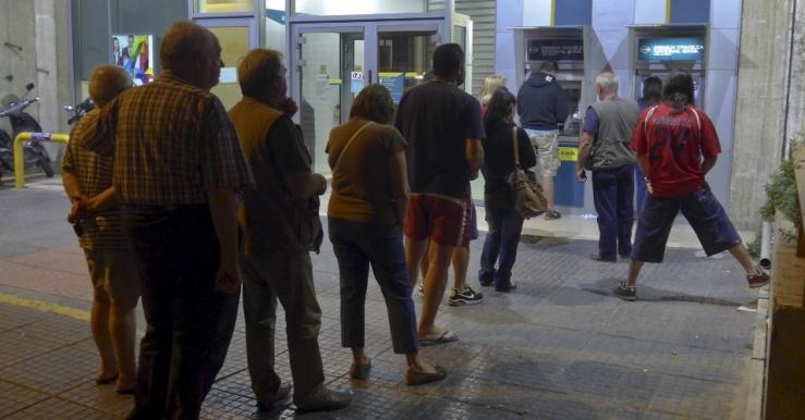 27jun2015---clientes-fazem-fila-para-sacar-dinheiro-num-caixa-automatico-do-banco-nacional-da-grecia-em-atenas-a-corrida-da-populacao-aos-bancos-do-pais-se-intensificou-nos-ultimos-dias-diante-da-1435391602444