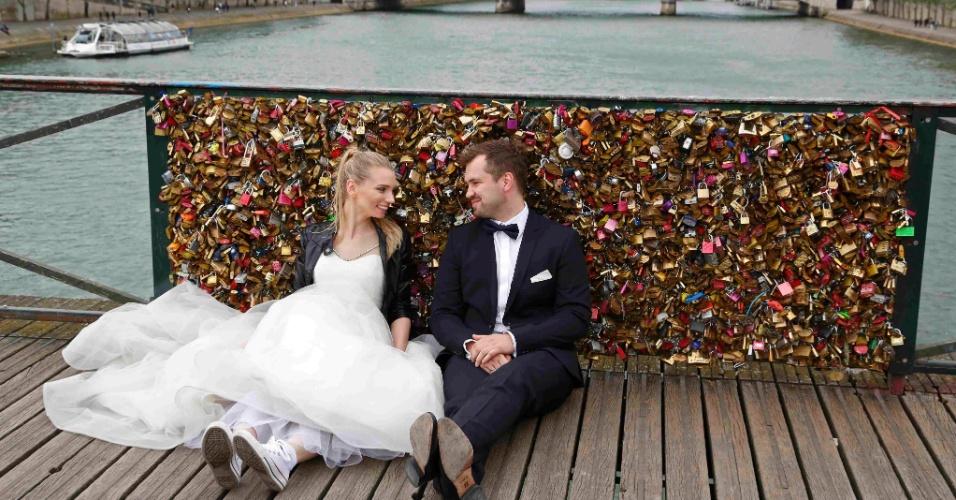 31mai2015---casal-recem-casado-da-polonia-se-senta-perto-de-uma-grade-de-ferro-preenchida-com-cadeados-de-amor-na-pont-des-arts-sobre-o-rio-sena-em-paris-franca-em-1-de-junho-a-ponte-sera-fechada-1433092439538