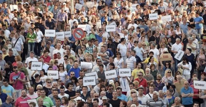 6jun2015---macedonios-pedem-a-renuncia-do-presidente-do-pais-em-um-protesto-anti-governo-e-contra-a-violencia-policial-no-quarto-aniversario-da-morte-de-martin-neskovski-em-skopje-neskovski-foi-morto-1433635131047_956x5