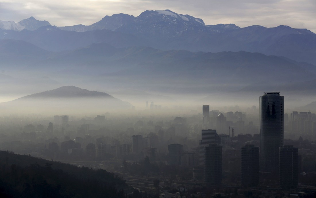 Smog shrouds Chile's capital Santiago
