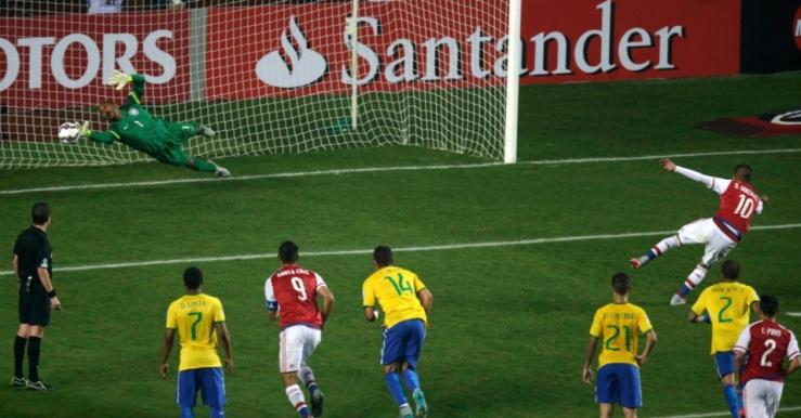 derlis-gonzalez-do-paraguai-cobra-penalti-contra-o-brasil-nas-quartas-de-final-da-copa-america-1435446802062_956x500