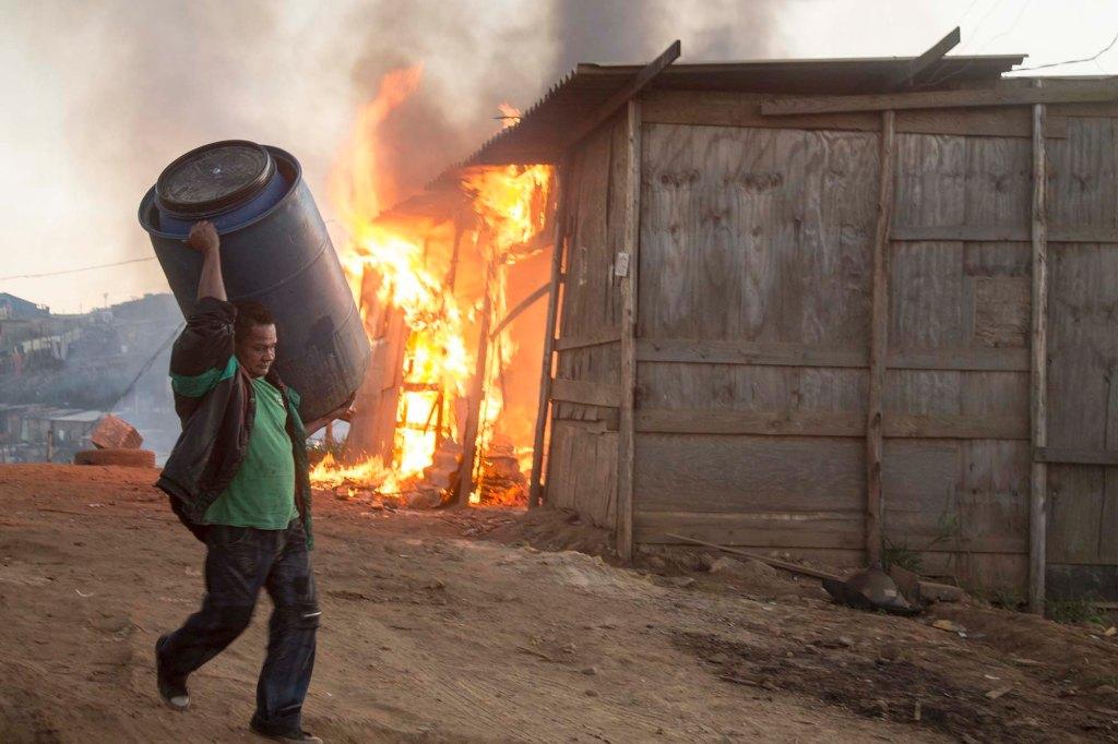 Moradores ateiam fogo em barracos em reintegração de posse em Osasco