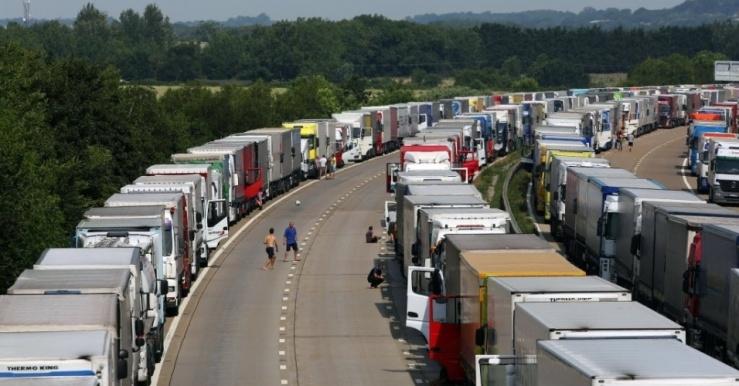 1jul2015---motoristas-jogam-futebol-entre-caminhoes-estacionados-em-rodovia-de-ashford-no-condado-de-kent-na-inglaterra-desde-segunda-feira-marinheiros-franceses-grevistas-mantem-bloqueado-o-porto-143574994452