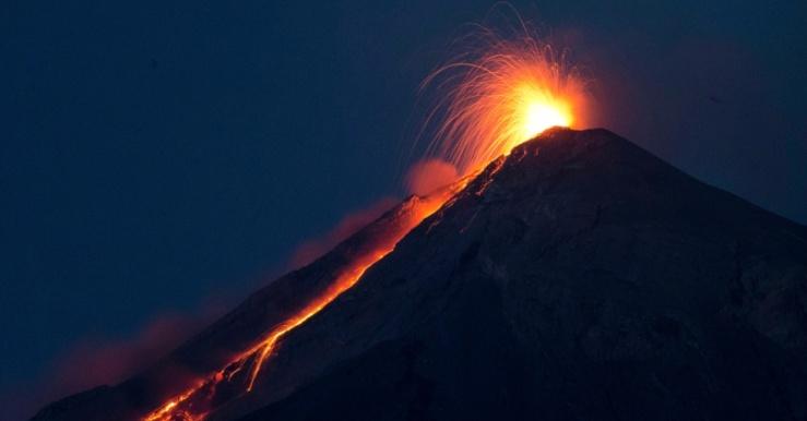 1jul2015---o-vulcao-de-fuego-expele-lava-derretida-de-sua-cratera-proximo-a-san-juan-alotenango-guatemala-na-noite-desta-quarta-feira-1-a-agencia-de-emergencia-da-guatemala-conred-elevou-o-1435820249316_956x50