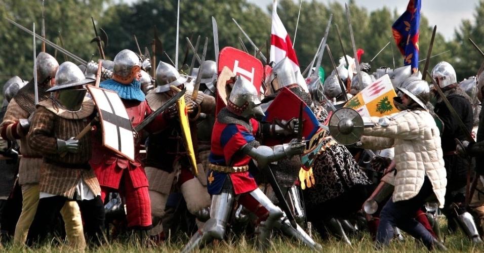 25jul2015---mais-de-800-participantes-se-reunem-no-local-onde-ocorreu-a-famosa-batalha-de-azincourt-no-norte-da-franca-a-batalha-foi-vencida-pela-inglaterra-1437857113336_956x500