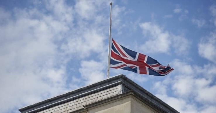 28jun2015---a-bandeira-britanica-foi-hasteada-a-meio-mastro-sobre-a-fco-ministerio-dos-negocios-estrangeiros-e-da-comunidade-no-centro-de-londres-na-inglaterra-neste-domingo-28-em-memoria-aos-1435529207936_956