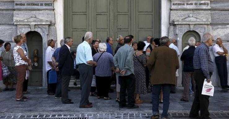 29jun2015---dezenas-de-gregos-a-maioria-de-aposentados-fazem-fila-diante-da-sede-do-banco-nacional-em-atenas-1435561180380_956x500