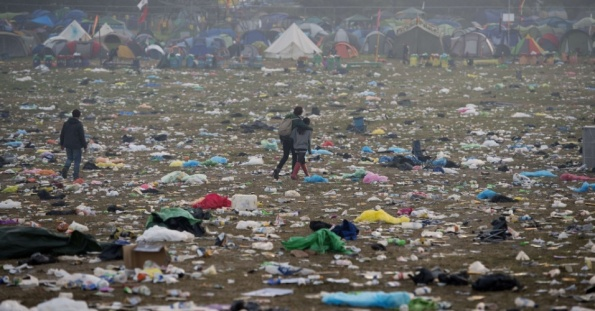 29jun2015---fim-do-festival-de-glastonbury-em-somerset-na-inglaterra-deixou-uma-grande-quantidade-de-lixo-para-ser-recolhido-1435571080550_956x500