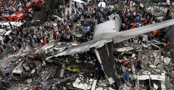 30jun2015---forcas-de-seguranca-e-equipes-de-resgate-examinam-os-destrocos-de-um-aviao-de-transporte-militar-indonesio-c-130-hercules-que-caiu-em-area-residencial-da-cidade-de-medan-na-ilha-de-sumatra-14356677