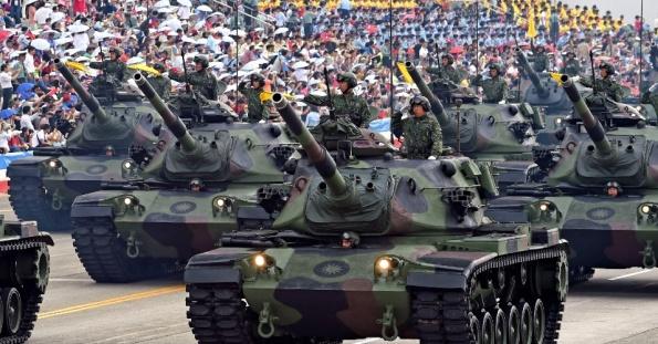 4jul2015---soldados-desfilam-em-tanques-m60a3-durante-o-70-para-em-memoria-ao-fim-da-segunda-guerra-mundial-neste-sabado-4-em-hsinchu-taiwan-ha-70-anos-o-japao-perdia-a-guerra-e-o-controle-sobre-1435993844002_