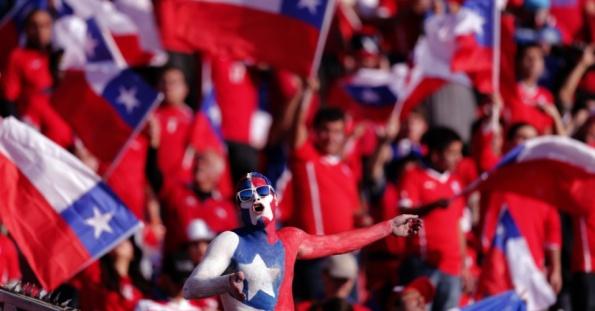 4jul2015---torcedor-chileno-aguarda-o-inicio-da-final-da-copa-america-que-sera-decidida-entre-chile-e-argentina-no-estadio-nacional-em-santiago-1436039728829_956x500