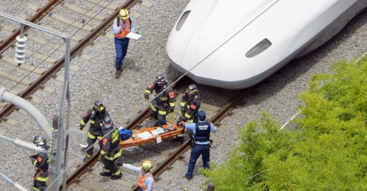 pelo-menos-duas-pessoas-morreramdepois-que-um-passageiro-ateou-fogo-em-si-mesmo-dentro-de-um-shinkansen-o-trem-bala-do-japao-um-incidente-que-causou-a-interdicao-da-linha-afetada-e-suspendeu-a-circulacao-de-14