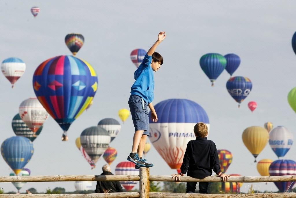 26jul2015---baloes-de-ar-quente-colorem-os-ceus-de-chambley-bussieres-na-franca-durante-um-dos-maiores-festivais-internacionais-de-balao-neste-domingo-26-o-lorraine-mondial-air-ballons-teve-inicio-1437923595979_1