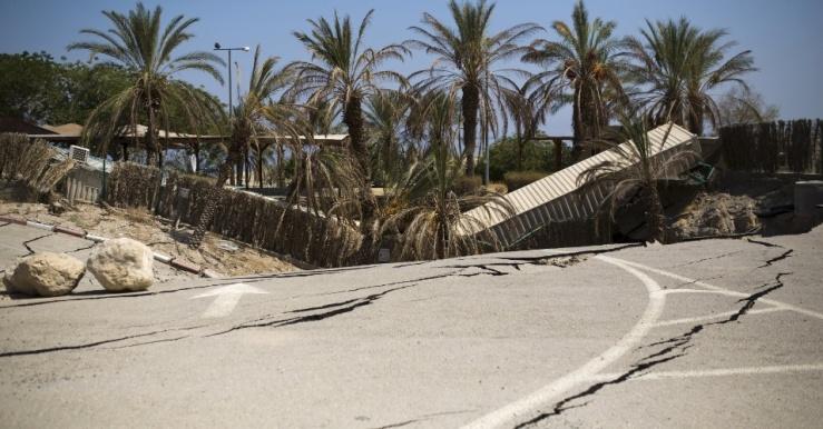 29jul2015---palmeiras-sao-engolidas-por-buraco-em-resort-abandonado-na-costa-do-mar-morto-em-israel-as-aguas-do-mar-morto-estao-baixando-mais-de-um-metro-por-ano-deixando-centenas-de-crateras-que-1438186104052_95