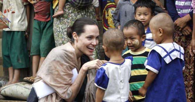 30jul2015---atriz-angelina-jolie-conversa-com-criancas-durante-visita-a-refugiados-dos-grupo-etnico-kachin-em-myitkyina-em-mianmar-1438272098892_956x500