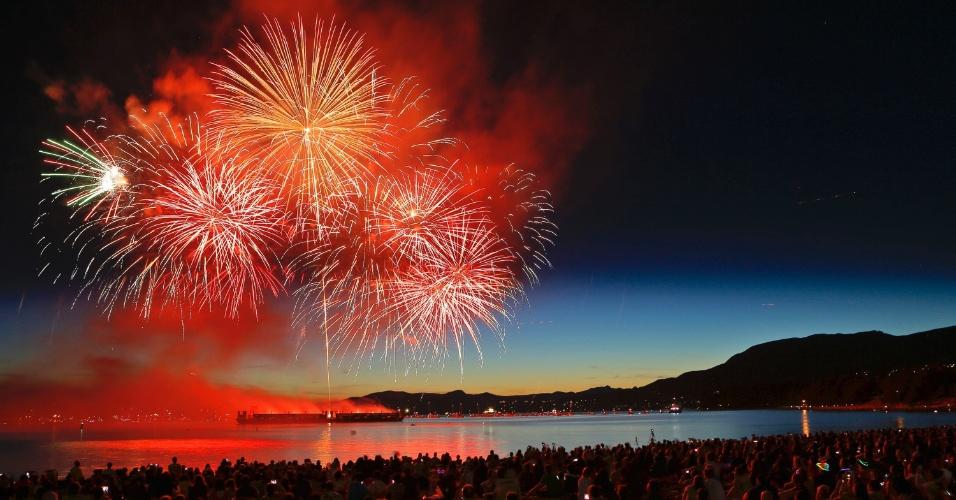 30jul2015---time-brasileiro-queima-fogos-durante-a-25-festa-das-luzes-em-english-bay-vancouver-canada-a-celebracao-anual-envolve-uma-competicao-de-fogos-1438266106373_956x500